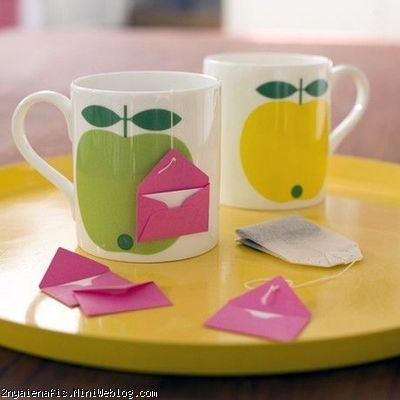 Tea Time! DIY Heart Tea Bags - تی بگ روز عشق نامه کوچک با تی بگ مطلب بعدی درباره روز عشق را به درست کردن بر چسبی به شکل قلب برای تی بگ (چای کیسهای) اختصاص دادم. امروز ایدهای مشابه آن به شما معرفی میکنم. یک یادداشت کوچک و پر مهر برای مادر، پدر، همسر، … بنویسید. اگر این ایده را برای تولد او در نظر گرفتهاید میتوانید در آن یادداشت تولدش را تبریک بگویید. اگر میخواهید برای سالگرد ازدواج، روز عشق یا کسب یک موفقیت به او تبریک بگویید، جمله مربوطه را یادداشت کنید و در پاکت کوچکی قرار دهید. (خودتان نیز میتوانید این پاکت را بسازید.) برچسب اصلی چای کیسه ای را جدا کرده و پاکت را مانند شکل به انتهای نخ متصل کنید.