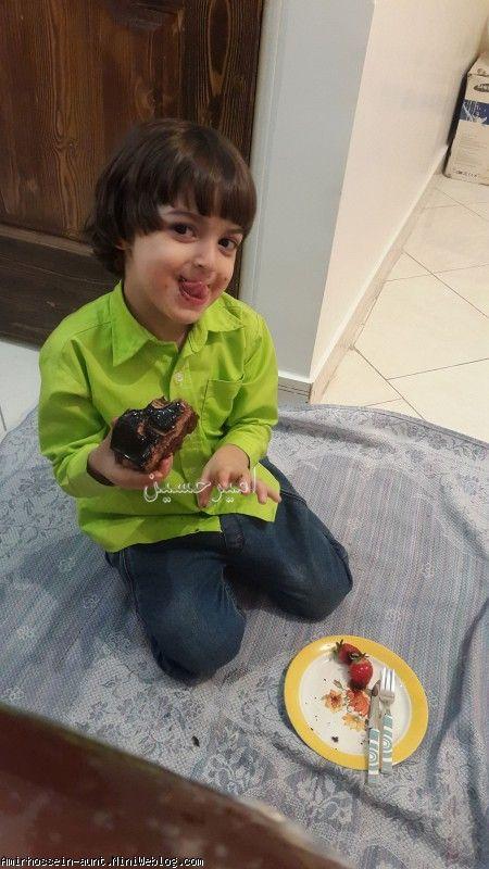 امیرحسین در حال کیک خوری