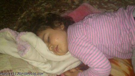 اینم مدل خوابیدن عسل خانوم