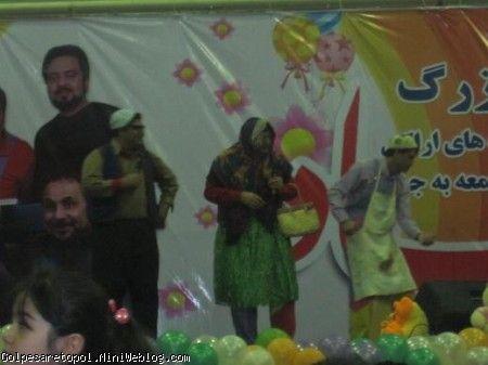تصويري از اجراي نمايش توسط گروه هميشه همراه عمو قناد