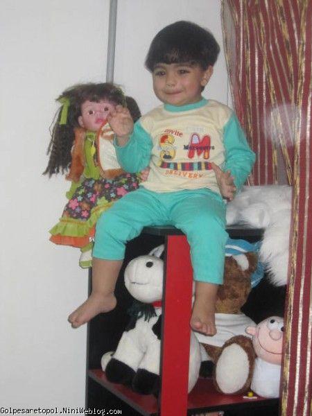 مهبد در كنار بقيه عروسكا جا خوش كرده