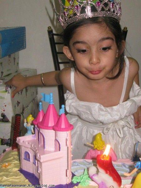 دختر گلم شمعها رو فوت می کنه
