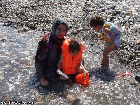 ایلیا و ویانا همراه مامانی کنار دریا در حال آب بازی