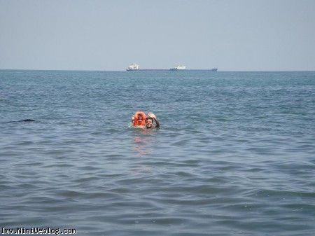 بابا وحید و ویانا در حال شنا کردن