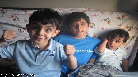 مجتبی ده ساله ونیمه حدودا در کنار محمدرضا ومهدیار