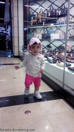 عاشق راه رفتن و تماشا کردن این کفشهاست !! ( 11 ماه و 20 روزگی )