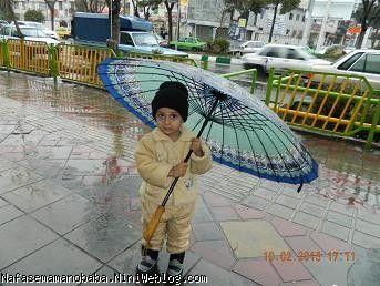 پسرم وقتی زیر بارون منتظر خاله زهرا بود تا بیان دنبالمون و بریم وزوان