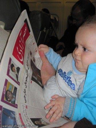روزنامه خواندن محمدصدرا در هواپیما