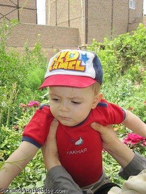 محمد صدرا در حال بررسی گلها
