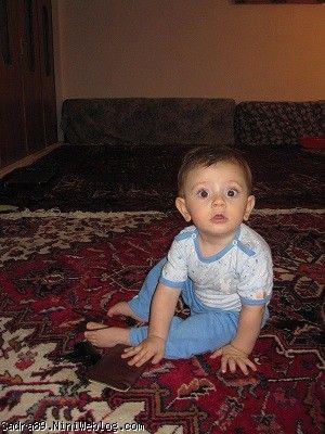 محمد صدرا در حال بازرسی کیف بابا